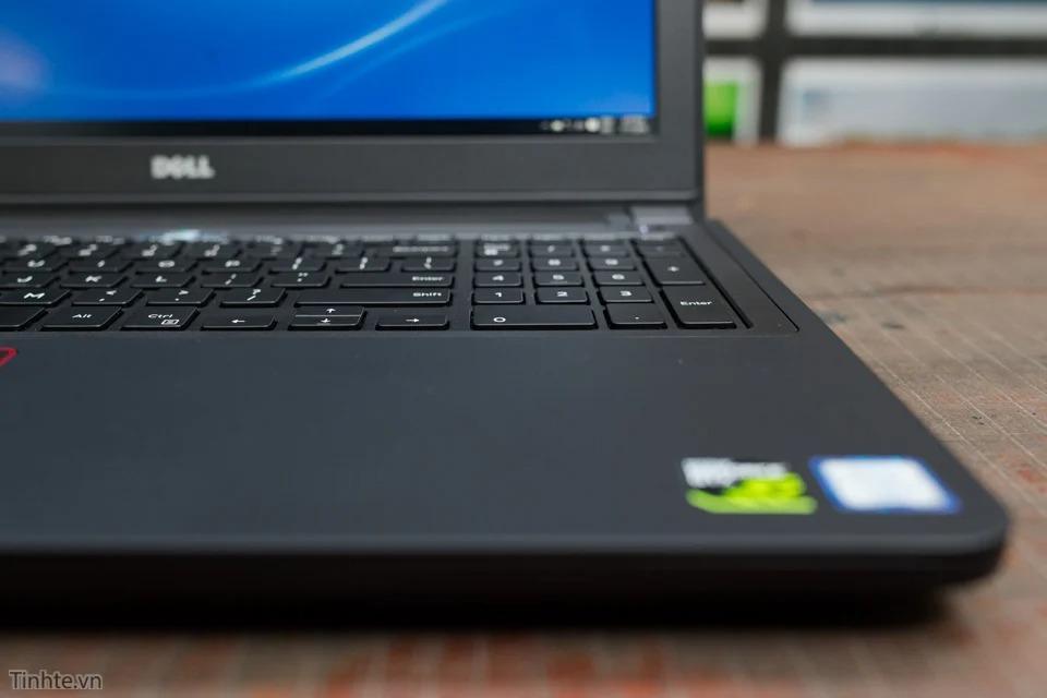 góc dưới Dell Inspiron 7559