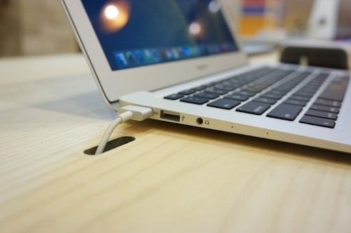 Vừa cắm sạc vừa sử dụng là cách nên làm với Macbook