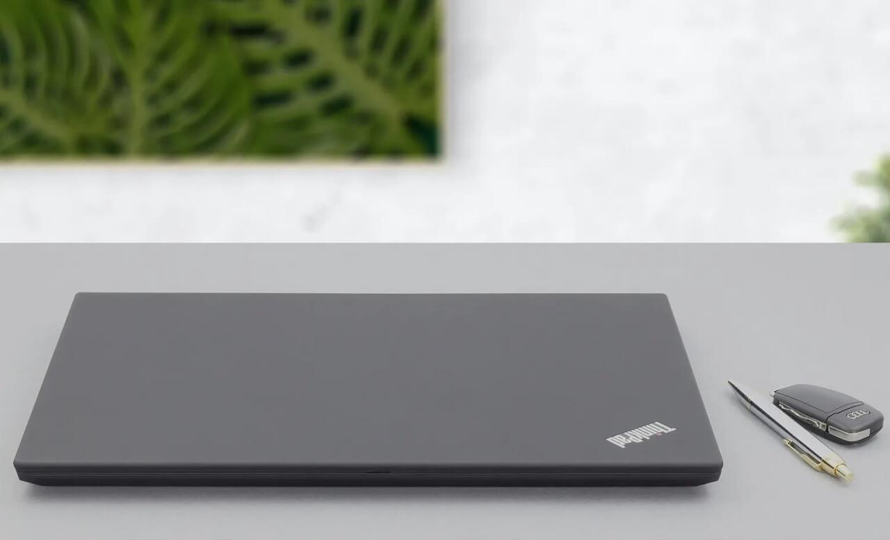 Lenovo ThinkPad T15 khi gập lại
